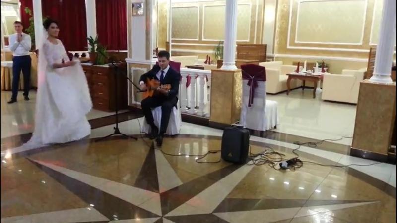 Невеста танцует под румба-фламенко