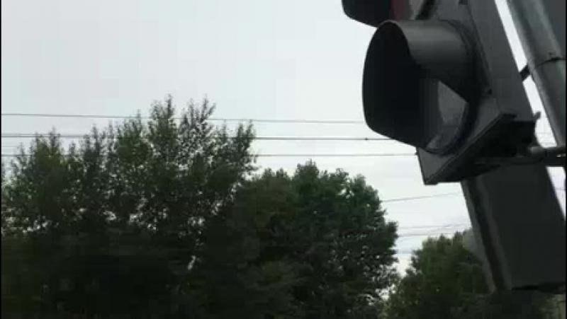 На ул. Калинина светофор показывает противоречащие друг другу сигналы