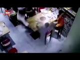 Поскользнувшийся официант уронил кастрюлю с кипятком на ребенка в Китае