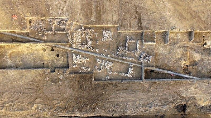 Общий вид с юга на расчищенные кварталы римского времени. Виден трубопровод, проложенный через поселение в позднейшее время.<br> Фото: пресс-служба Института археологии РАН