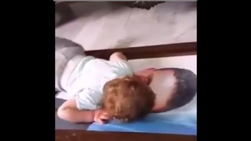 Разрывает душу до слез, у малыша умер отец, больно, сердце разрывается