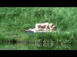 Поглядываем за парочкой на берегу реки (частное порно скрытой камерой, подсмотре