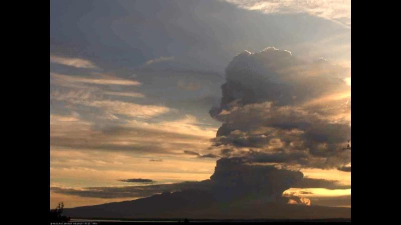Мощный выброс пепла и газа на вулкане Шивелуч (Камчатка, 24.07.2017)