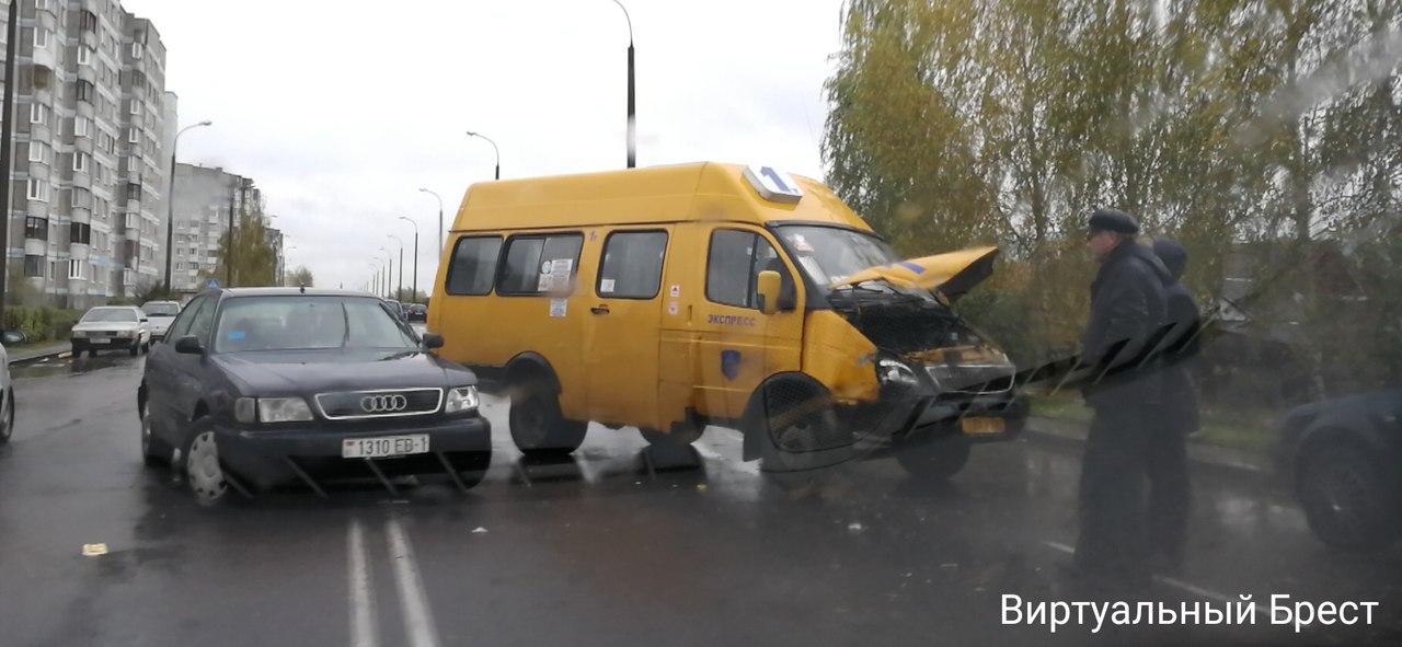 На ул. Луцкой ДТП с участием маршрутного такси и AUDI