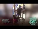 Мужик в красных трусах Манкини танцует как Борат в магазине супермаркете под Psy Gangnam Style Man in Red Mankini Borat
