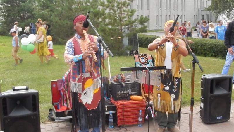 Индейцы Эквадора и их волшебная музыка на День города Омск (из х/ф Последний из Могикан)