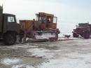 Гусеничный трактор заводят с буксира, в ЦГС