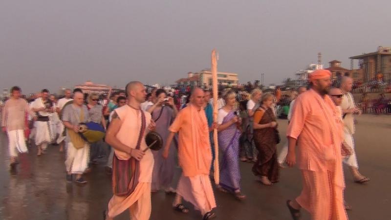 Харинама по берегу океана в Джаганнатха Пури. 2013.