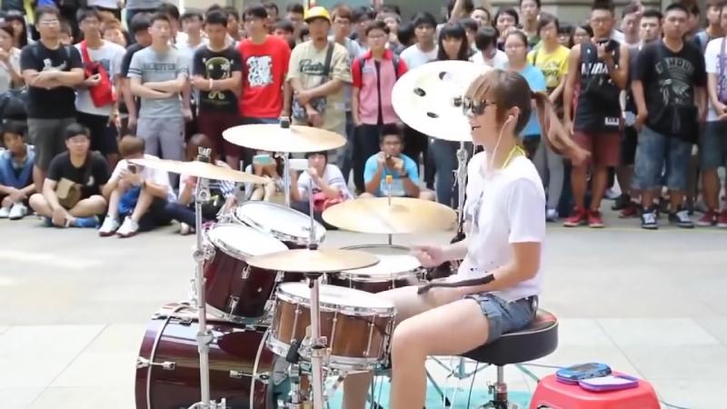 японка зажигает на барабанах