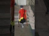 Мальчик-инвалид ходит на костылях, вместо протеза