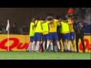Tite corre pelo campo para comemorar com jogadores o gol de Paulinho contra a Argentina