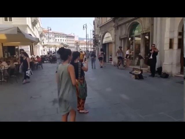 Балерина не сдержалась перед уличным музыкантом.