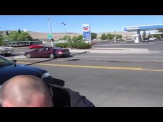 Американский коп и гражданин с автоматом на улице.mp4