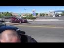 Американский коп и гражданин с автоматом на улице mp4