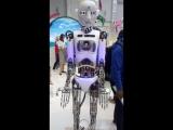 Робот Роби передает