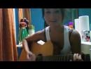 Очень красивая девушка поет и играет на гитаре