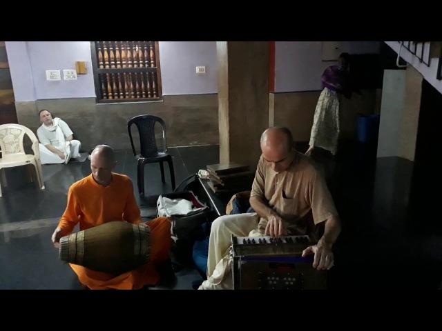 Адираса прабху - Киртан в доме Мадхава арачьи, часть 1 из 2, Удупи (Ведалайф тур в Индии)