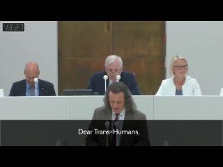 Депутат Бундестага обращается толерантно к слушателям)