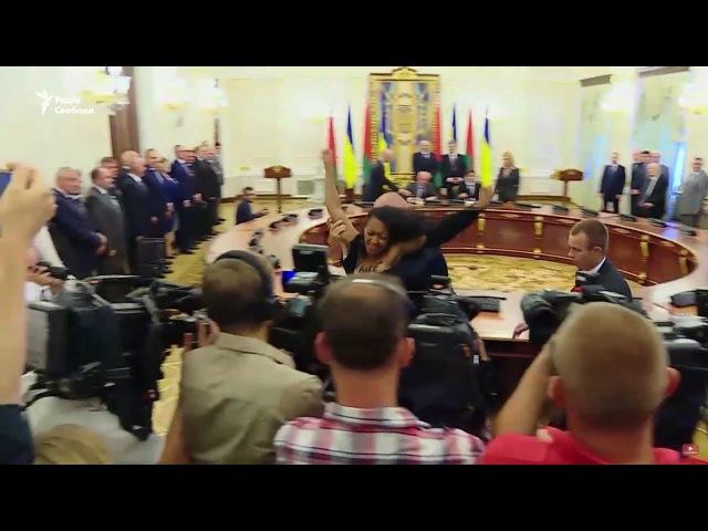 21 июля, Анджелина Диаш проникла на брифинг Петра Порошенко и Александра Лукашенко. Девушка с оголенной грудью начала кричать «Жыве Беларусь!».