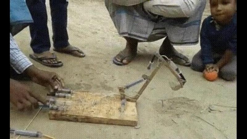 Игрушка экскаватор, изготовлен из шприцов