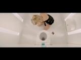 Девушка нюхает кокаин в клубном туалете