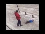 Отец пнул упавшего на заснеженной улице сына.