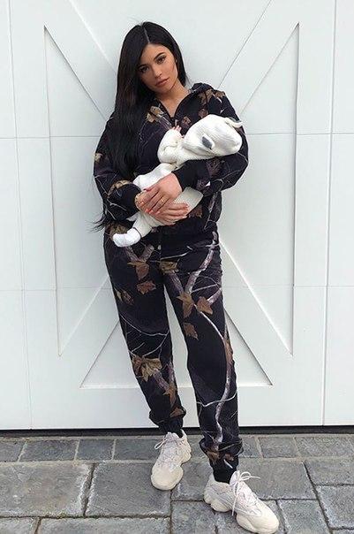 Кайли Дженнер впервые показала лицо своей дочери и продемонстрировала фигуру спустя месяц после родов