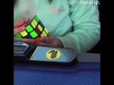 3-летняя девочка собирает кубик Рубика за 47 секунд