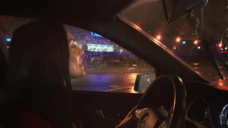 Чтобы не скучать в пробке, Юлия Ефременкова поёт за рулём
