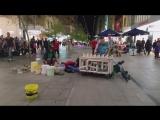 Шикарное выступление уличных музыкантов, играющих на ведрах и водопроводных трубах