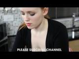 У рыженькой девушки грудь выпадает из блузки