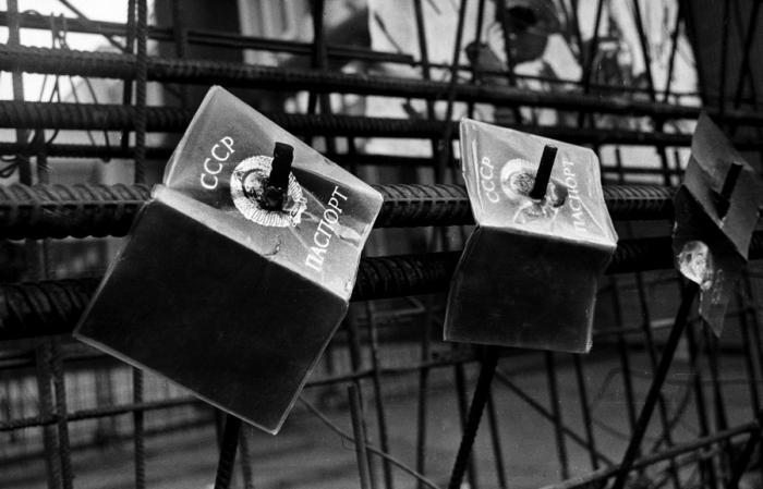 «Голосование на баррикадах». Фото Альфредаса Гирдзюшаса снято 13 января 1991 года, когда советская армия попыталась подавить антисоветские выступления в Вильнюсе. <br>В ночь на 11 марта 1990 года Верховный Совет Литовской ССР во главе с Витаутасом Ландсбергисом провозгласил независимость Литвы. Литва стала первой из союзных республик, объявившей независимость. На территории республики было прекращено действие Конституции СССР и возобновлено действие литовской конституции 1938 года. <br>В ночь с 12 на 13 января две колонны советской бронетехники, десантники 7–й Гвардейской ВДД при поддержке группы «Альфа» направились в центр Вильнюса. К тому времени у телебашни уже собрались несколько тысяч человек, пришедших, чтобы ее защитить. Той ночью, при штурме советскими войсками, погибло 13 человек и, как минимум, 140 были ранены. <br>Впоследствии Министр внутренних дел Баранников и Министр обороны Язов уверяли в своей непричастности. Президент СССР Горбачёв заявил, что он ничего не знал об этой акции ВС СССР, и что о ней ему доложили лишь утром.<br>#интересно