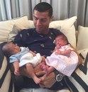 Криштиану Роналду показал новорожденных близнецов.