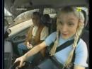 Блондинка учится водить
