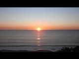 Солнце не заходит за горизонт, а всего лишь отдаляется от нас и от поля нашего зрения нашей видимости и по причине перспективы н