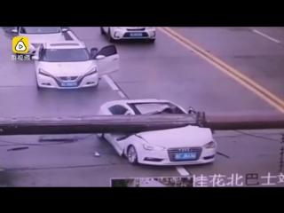 Китаец выжил после падения башенного крана на его машину