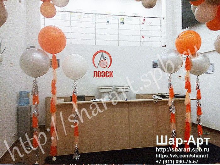 большие шары с кисточками в серебреном, белом и оранжевом цвете