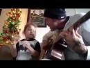 Папа и дочка поют в стиле гранж