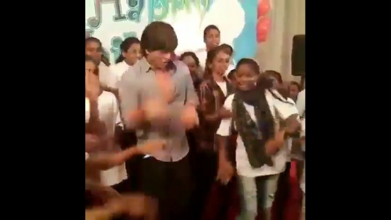 Shah Rukh Khan at Childrens Day with a NGO in Mumbai 11