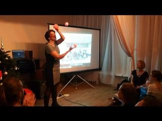 На арене цирка - жонглер Арина Дрогунова