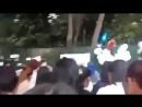 Фанаты Джонхёна поют возле посольства Кореи