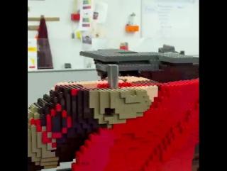 Мастера Лего создают статую в натуральную величину