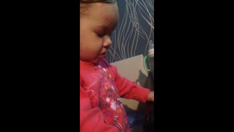 Дочка учит хомяка петь 😁