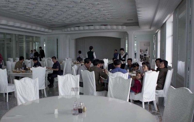 Df7P7Uy3 w - Что нельзя фотографировать в Северной Корее: 30 фото
