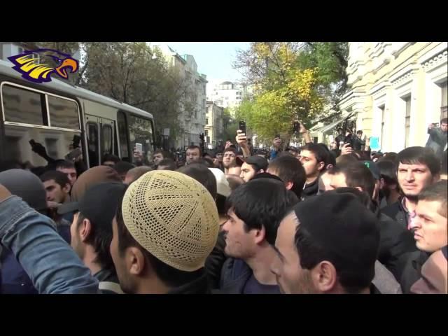В Москве мусульмане заставили ОМОН бежать, оставив арестованного в наручниках.