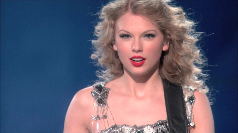 Taylor Swift - You Belong With Me (Live on Fearless Tour 2010)