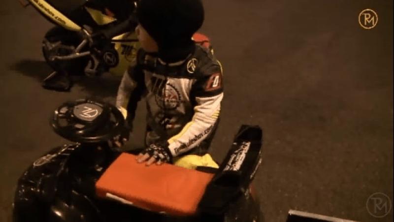 2-летний мотоциклист трамбует заработанные деньги в багажник