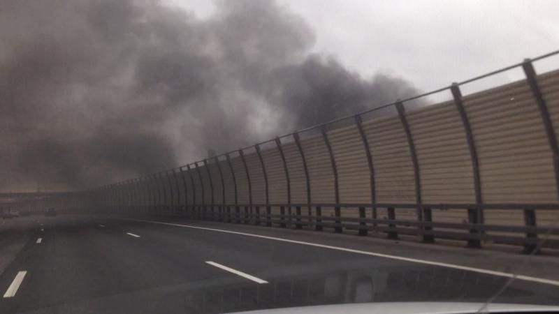 В Петербурге мощный пожар у КАДа возле съезда на Октябрьскую сняли на видео