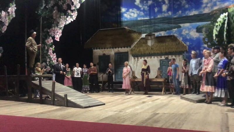 Директор нашего театра зачитывает приказ о присвоении Владу звания...поздравление от друзей - коллег...Положительные эмоции захл
