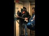Забавный гитарист в электричке - белый Джими Хендрикс